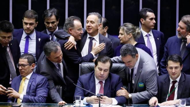 O presidente da Câmara, Rodrigo Maia, rodeado por deputados durante a discussão da reforma da Previdência no Plenário.