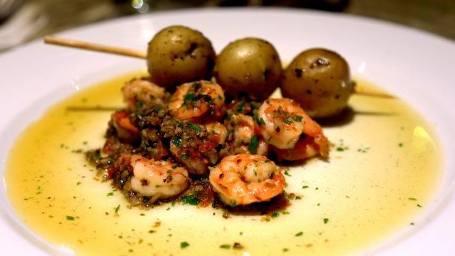Crevettes à la provençale avec des brochettes de pommes de terre – um dos pratos do menu especial do Vive Le Victor.
