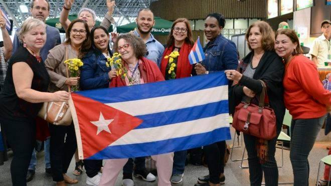 Médicos e médicas de Cuba que trabalharam no programa Mais Médicos deixam o Brasil. O registro é de dezembro de 2018.