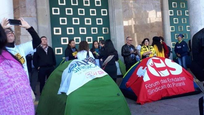 Manifestantes montam acampamento na frente do Palácio Iguaçu.