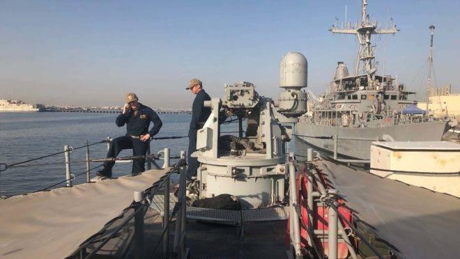 O tenente Erik Anastos e o comandante Yilei Liu a bordo do USS Whirlwind perto da costa do Bahrein em 30 de junho
