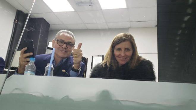 Luís Roberto ao lado da fonoaudióloga Cida Stier na Arena da Baixada