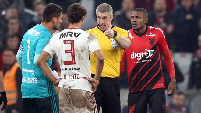 Em jogo de arbitragem polêmica, o Furacão cedeu o empate para o Flamengo na Arena da Baixada