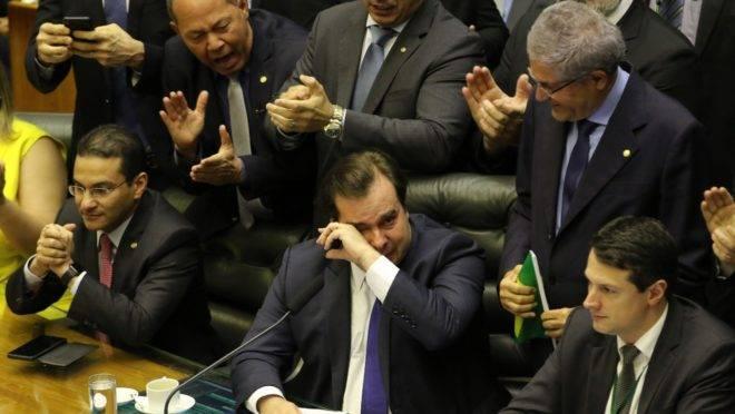 Deputados aplaudem Rodrigo Maia após aprovação da reforma da Previdência. Foto: Fábio Rodrigues Pozzebom/Agência Brasil