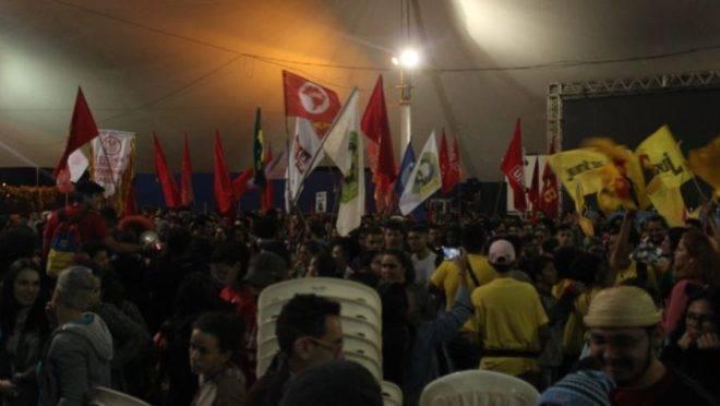 Jovens na abertura do 57º Congresso da União Nacional dos Estudantes, em Brasília, com bandeiras de partidos de esquerda.