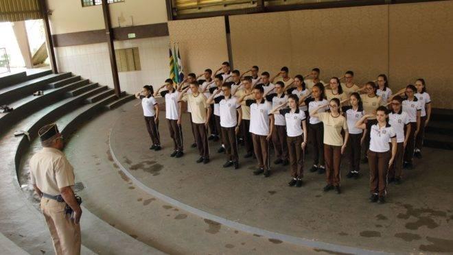 Será adotado o modelo das escolas em Goiás, com administração militar, professores civis e ingresso dos alunos por sorteio.