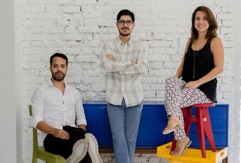 Os três sócios da loja virtual de móveis e decoração Muma: Os sócios do e-commerce de móveis e decoração Muma: Matheus Ximenes Pinheiro (à esquerda) e os sócios Diego Ortiz e Carolina Lumack.