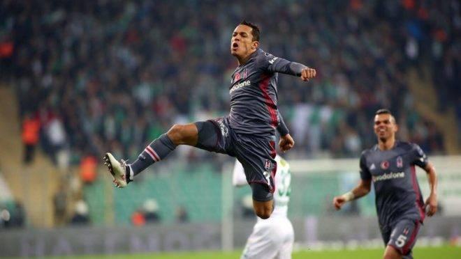 Lateral Adriano negocia salários com o Athletico e já conversou com diretor Paulo André