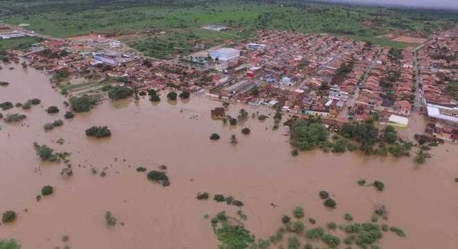 A barragem rompeu parcialmente. Moradores já foram orientados a deixar suas casas