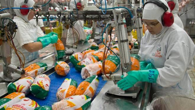 Linha de produção de frigorífico da Cogran em Pará de Minas (MG); exportações cresceram no primeiro semestre, principalmente tendo a China como destino.