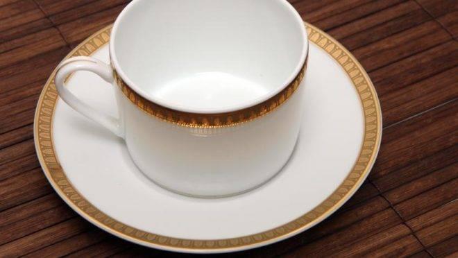 """Não é qualquer louça que serve para o """"novo senado"""": xícaras devem ser de porcelana fina, branca esmaltada, com borda contornada com um friso dourado."""