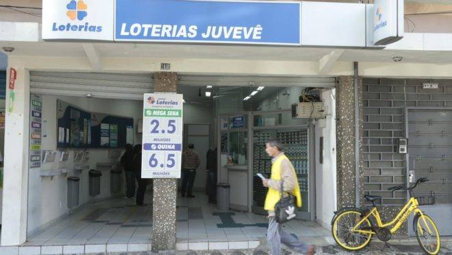 Fachada da lotérica onde foi feita aposta vencedora da Mega-Sena em Curitiba
