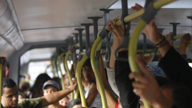 Porta se abriu com ônibus em movimento e passageiro foi arremessado. Acidente foi em horário de pico