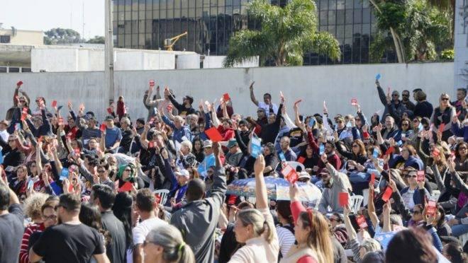Votação dos professores e funcionários de escolas estaduais em assembleia da APP-Sindicato.