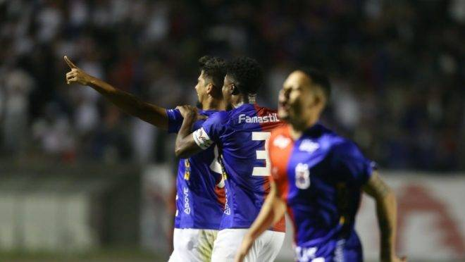 Leandro Almeida comemora com a equipe o segundo gol do Paraná. Foto: André Rodrigues/ Gazeta do Povo