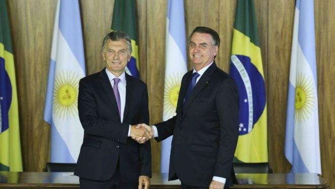 Os presidentes da Argentina, Mauricio Macri e do Brasil, Jair Bolsonaro, em cerimônia de