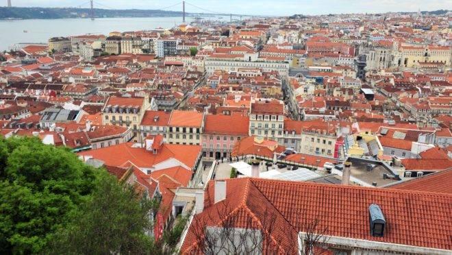 Vista da cidade de Lisboa, com o Rio Tejo ao fundo.