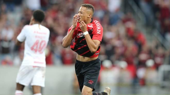 Vitinho entrou no segundo tempo e garantiu a vitória do Athletico contra o Internacional