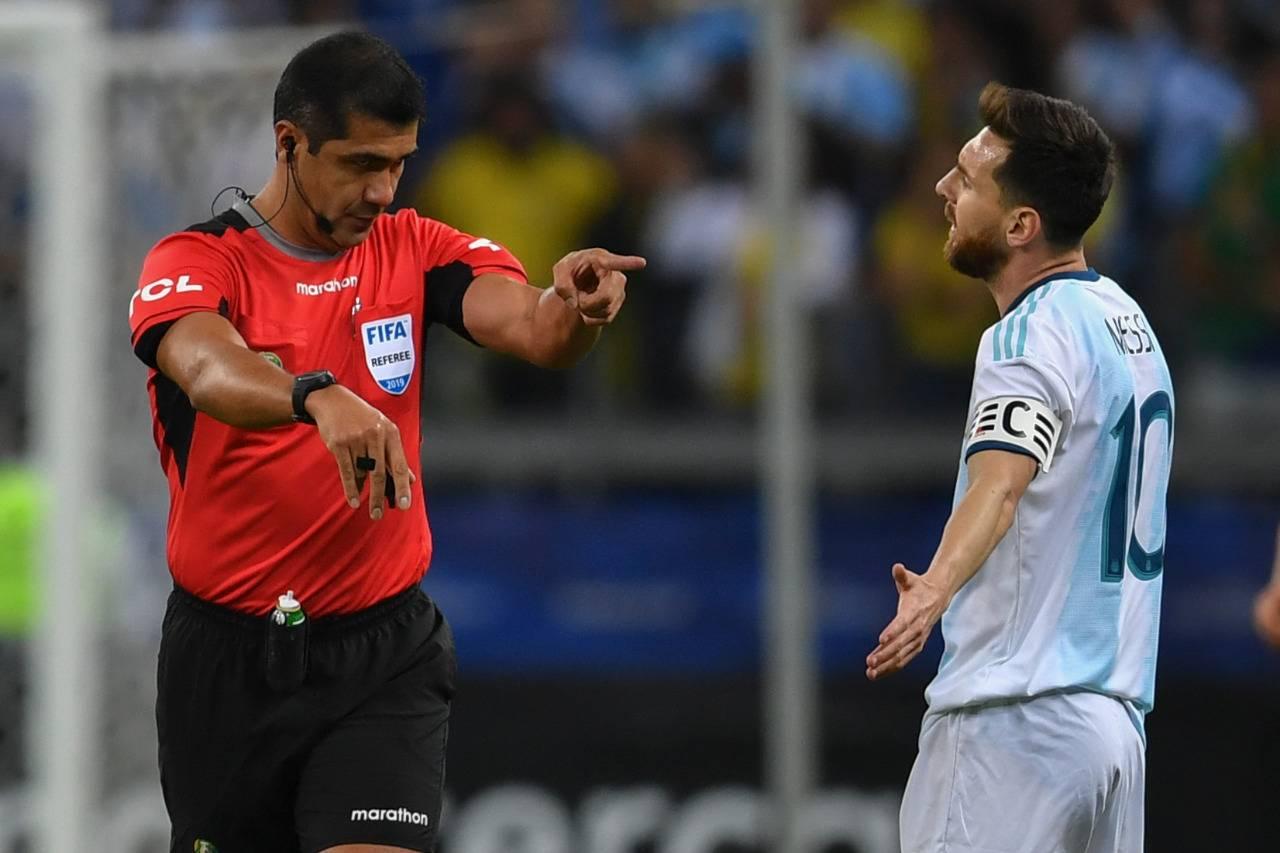 Messi reclamou bastante no jogo entre Argentina e Brasil. Foto: Pedro UGARTE / AFP