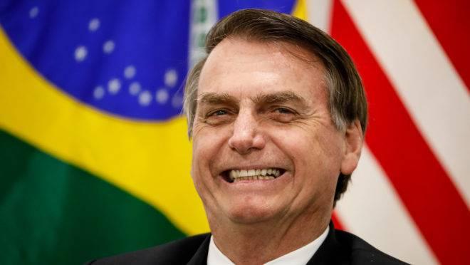 """Bolsonaro reitera discurso de Eduardo e diz que ele """"fala inglês, espanhol e frita hamburguer""""."""