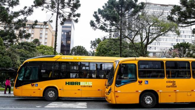 Ônibus de Curitiba poderão ter passagem mais barata fora do horário de pico.