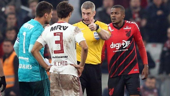 Primeiro jogo entre os dois times teve muita reclamação. Foto:  Albari Rosa/Gazeta do Povo