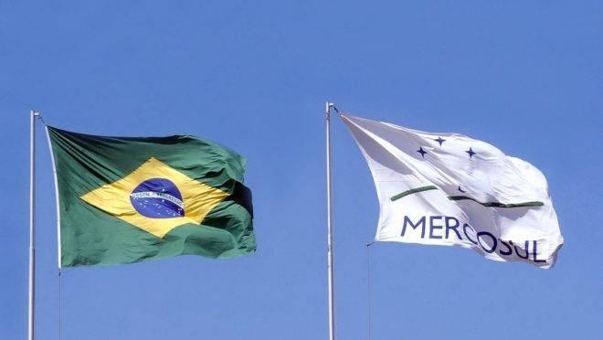 Bandeiras do Brasil e do Mercosul tremulando em Brasília. Foto: Jane Araújo/Agência Senado