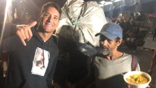 Meia Thiago Neves, ex-Paraná, durante ação de caridade em Belo Horizonte
