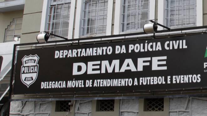 Delegacia Móvel de Atendimento a Futebol e Eventos investiga a agressão de torcedores do Athletico a guardador de carros.