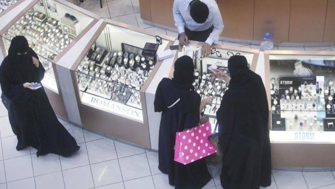 Mulheres olham relógios em um estande no Kingdom Centre em Riad, Arábia Saudita