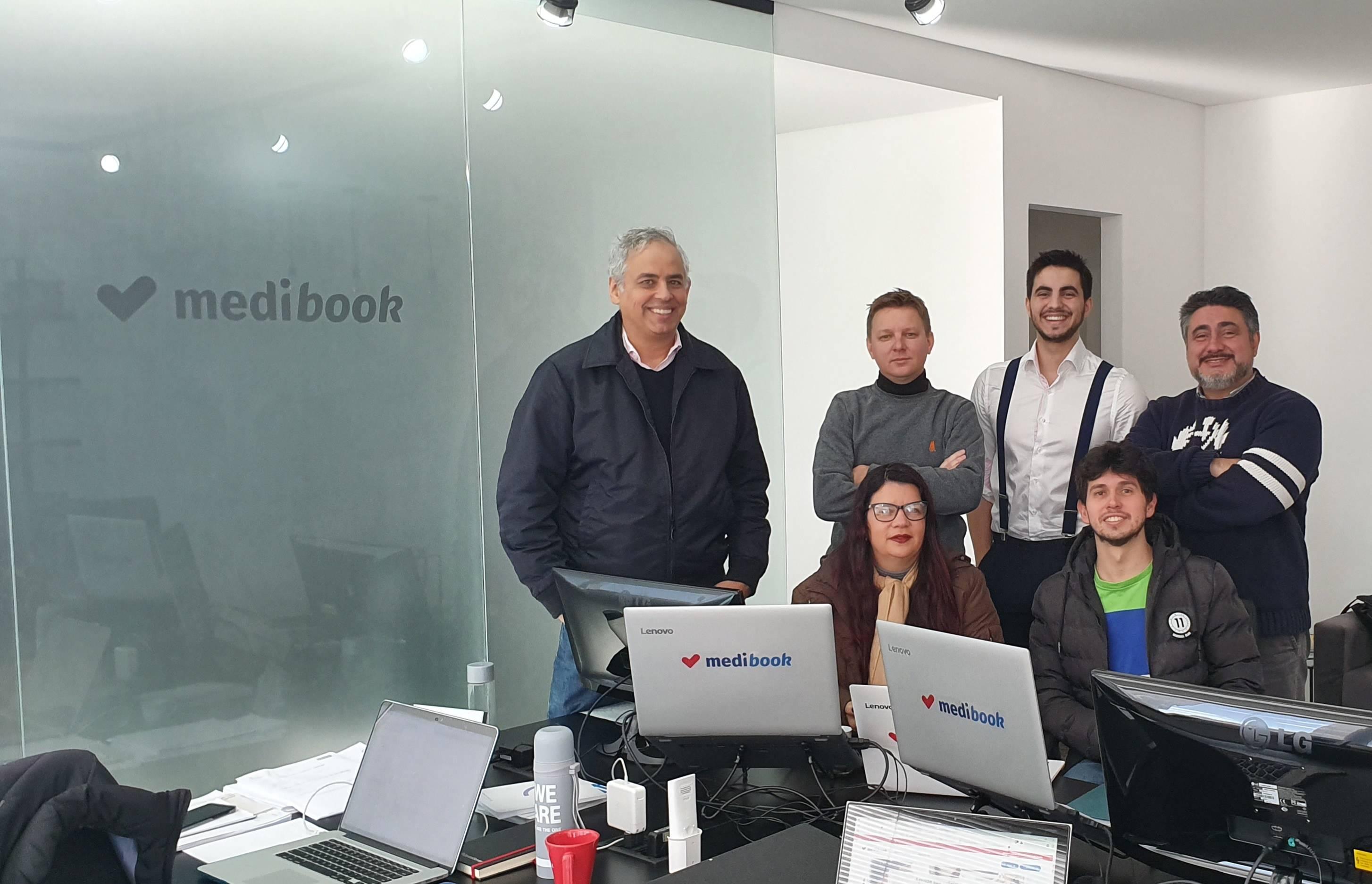 A equipe da Medibook. Ao fundo, da esquerda para direita: José Augusto Leal, CEO; Igor Popadiuk, CTO; Rodrigo Marcial, sócio minoritário; Marcial Carlos, sócio majoritário.<br /> Abaixo, Fabiane Mendes, CCO; Matheus Santos, desenvolvedor.