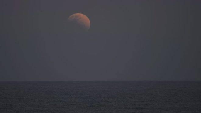 Eclipse lunar fotografado no Morro do Cristo, em Guaratuba, no Litoral do Paraná