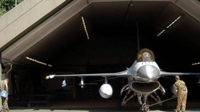 Um caça F16 na base aérea de Volkel, na Holanda