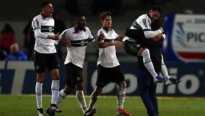 Jogadores comemoram a vitória com o técnico Umberto Louzer. Foto: Albari Rosa/Gazeta do Povo