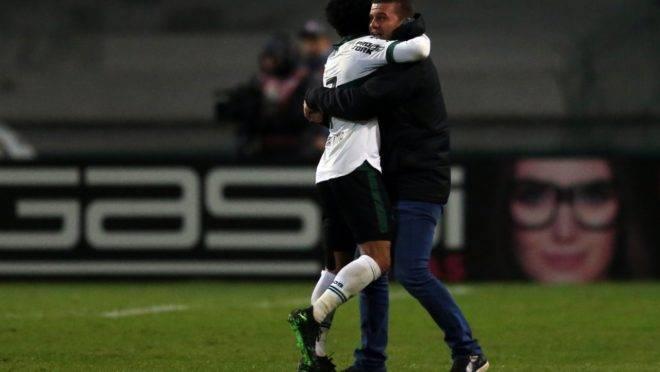 Rafinha abraça o o treinador após a vitória. Foto: Albari Rosa/Gazeta do Povo