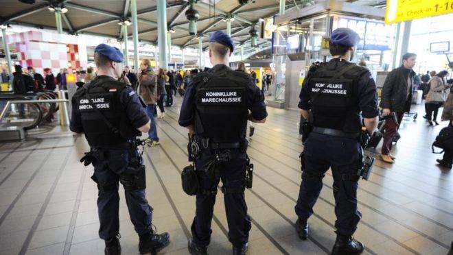 Policiais holandeses fazem segurança em aeroporto de Amsterdam.