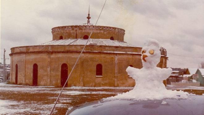 Boneco de neve em frente ao Teatro Paiol em Curitiba: fenômeno climático marcou o ano de 1975 no coração de todo curitibano.