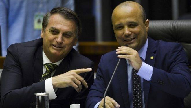 O presidente Jair Bolsonaro e o deputado Major Vitor Hugo, líder do governo na Câmara dos Deputados.