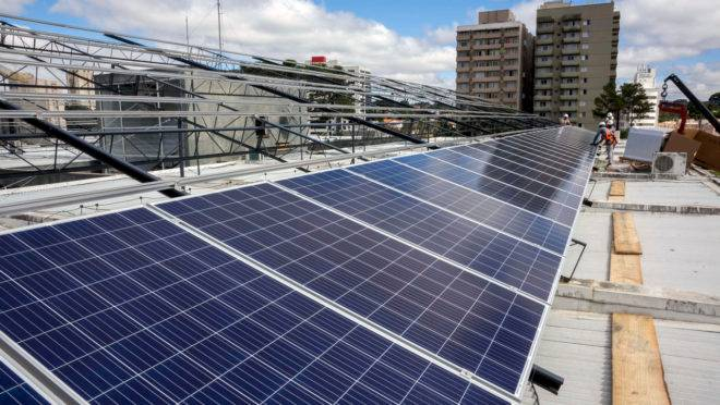 Painéis de energia solar no teto da sede da prefeitura: sistema mais ser estendido a terminais, rodoviária e ao aterro do Caximba.