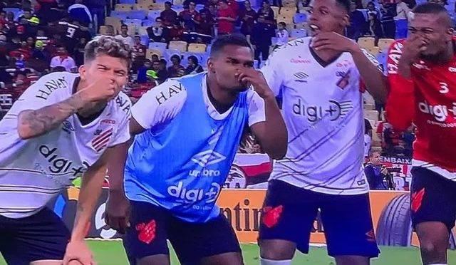 Jogadores do Athletico ironizam o Flamengo no Maracanã