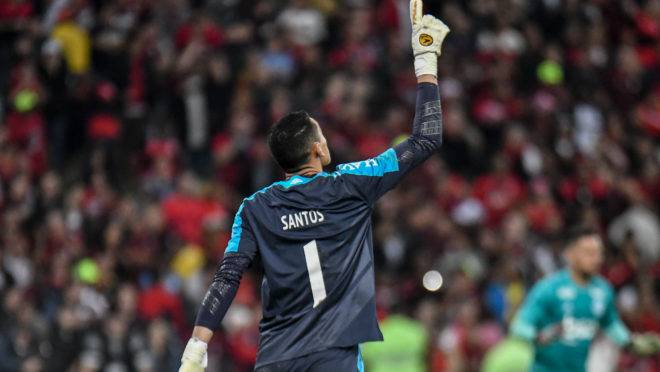 Goleiro Santos pegou duas cobranças de pênalti e foi decisivo para o Athletico no tempo normal