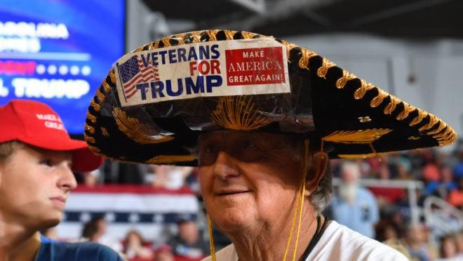 Apoiador de Trump durante um comício na Carolina do Norte