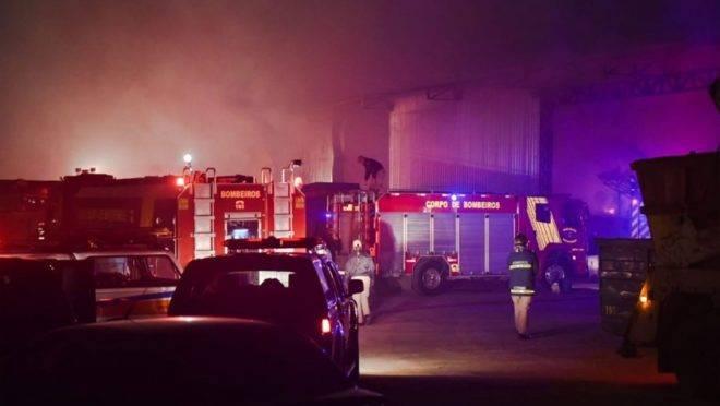 Corpo de Bombeiros levou 4 horas para conter o fogo no barracão em Araucária.