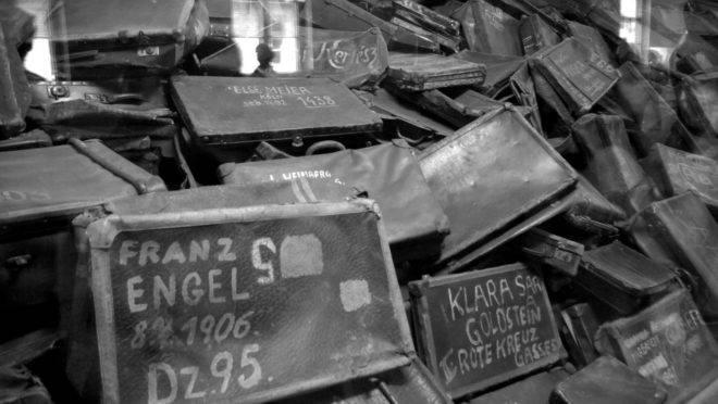 Placas de identificação dos prisioneiros judeus no campo de concentração de Auschwitz