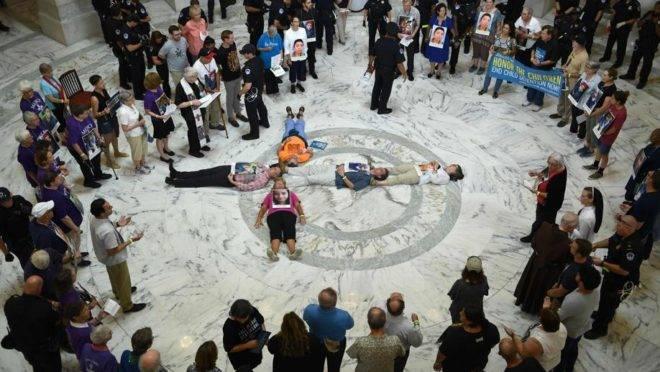 """Ativistas fazem uma vigília de orações pelo """"fim do abuso e detenção de crianças"""" em um prédio do Senado em Washington, EUA, 18 de julho de 2019"""