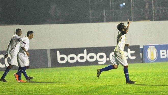 Fernando Neto comemora o gol da vitória fora de casa. Foto: FLÁVIO NEVES/ESTADÃO CONTEÚDO