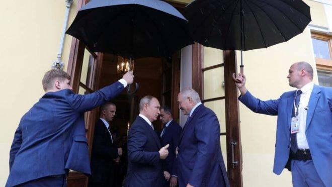 O presidente da Rússia, Vladimir Putin, em encontro com o presidente de Belarus, Alexander Lukashenko, em São Petersburgo, Rússia, 18 de julho de 2019
