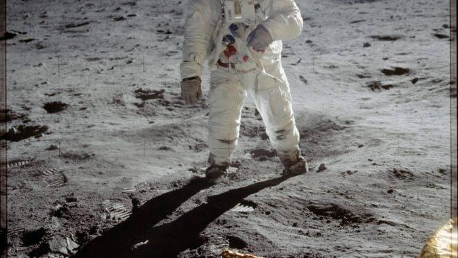 Astronauta Buzz Aldrin caminha na superfície da Lua perto da perna do módulo lunar Eagle durante a missão Apollo 11. O comandante da missão, Neil Armstrong, tirou a foto. Enquanto Aldrin e Armstrong exploraram a região da Lua chamada de Mar da Tranquilidade, o astronauta Michael Collins permaneceu no módulo de comando