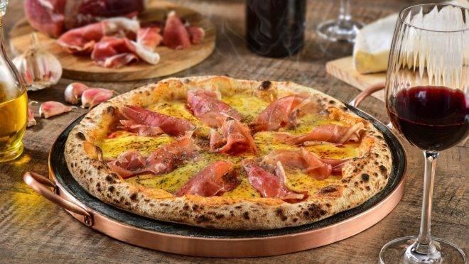 Pizza Vitória – pomodoro pelati italiano, muçarela, tomate, queijo brie e presunto parma italiano. Uma das assinaturas da nova Pizzaria Kahlua.