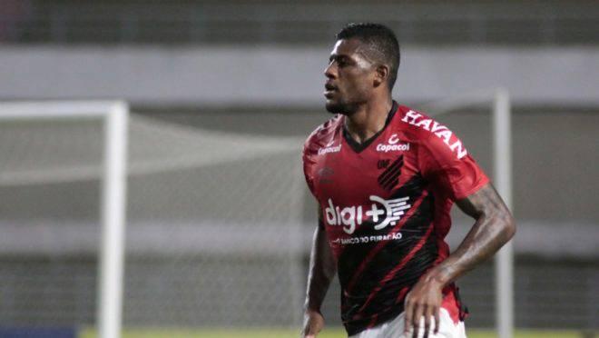Abner teve atuação de destaque durante vitória do Athletico contra o CSA